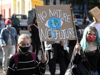 Dos jóvenes alemanas, en una protesta en Hamburgo el Día Mundial de la Acción Climática, el 25 de septiembre de 2020.
