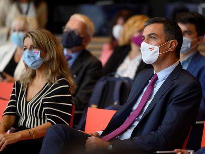Yolanda Díaz y Pedro Sánchez, el lunes en Santander en la inauguración de la jornada 'Diálogos sobre el Futuro del Trabajo'.