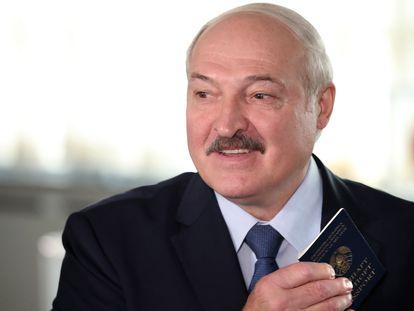El presidente de Bielorrusia, Alexander Lukashenko, en el centro electoral, este domingo, en Minsk.