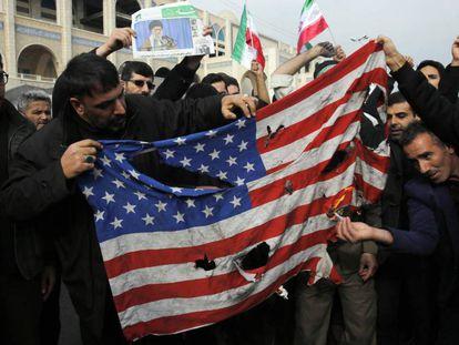 Un grupo de manifestantes quema una bandera de Estados Unidos, el pasado viernes en Teheran (Irán).