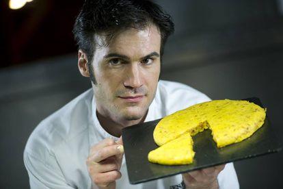 Senén Gonzalez con una de sus tortillas en Sagartoki (Vitoria)