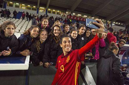 Marta Carro, jugadora de la Selección, se hace una foto con las seguidoras.