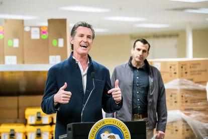El gobernador de California, Gavin Newsom, en una empresa que ha dedicado su fábrica a hacer respiradores.