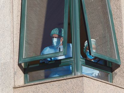 Dos trabajadoras de la residencia de Salvaterra, en Pontevedra, la semana pasada.