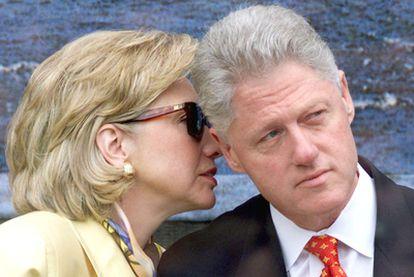 La secretaria de Estado estadounidense, Hillary Clinton, susurra al oído de su marido, el ex presidente Bill Clinton.