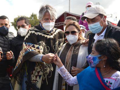 El candidato Guillermo Lasso saluda a una joven en un acto de campaña, en Colta (Ecuador), el pasado 1 de abril.