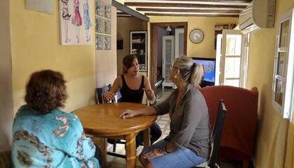 Vecinas afectadas en uno de los pisos de la Barceloneta en los que viven desde hace décadas.