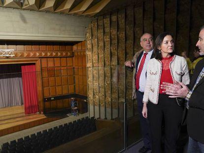 La ministra Maroto escucha las explicaciones de José Ramiro López
