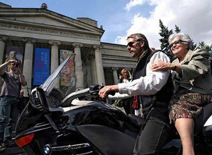 Jeremy Irons, en moto con la directora del Museo Pushkin de Bellas Artes. Irina Antonova.