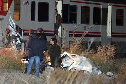 La policía inspecciona parte de la furgoneta arrollada por un tren en Alicante.