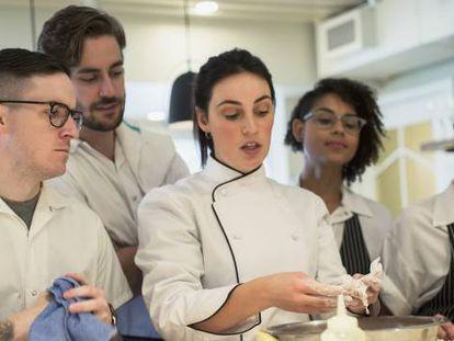 Los empresarios se quejan de la falta de formación especializada de los estudiantes.