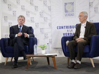 El expresidente Juan Manuel Santos, junto al sacerdote jesuita Francisco de Roux, presidente de la Comisión de la Verdad, el 11 de junio de 2021.