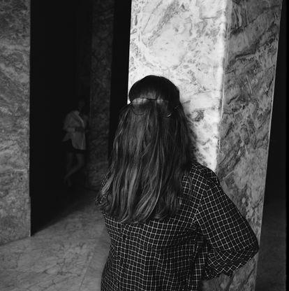 Gafas, pelo, actitud: Hace falta tenerlo todo en su sitio para retratarse a lo Eso Addams, como Isa Calderón. Al fondo, Lucía Lijtmaer.