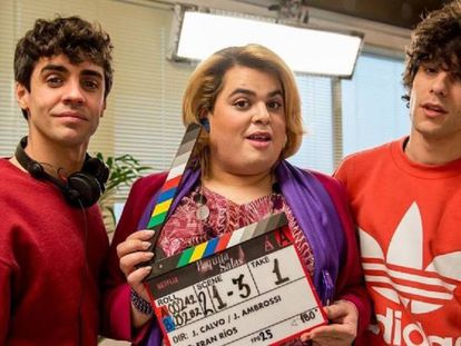 Javier Ambrossi, Brays Efe y Javier Calvo en el rodaje de 'Paquita Salas'.
