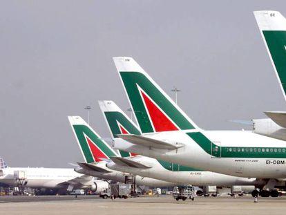 Varios aviones de Alitalia en el aeropuerto'de Fiumicino (Roma).