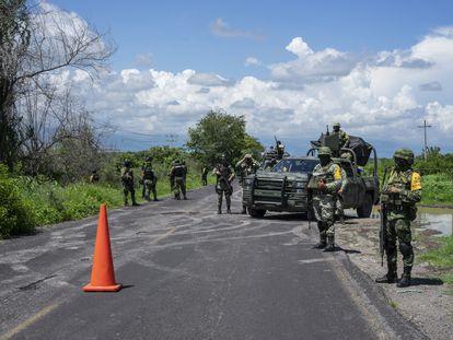 Un grupo de militares vigila un tramo de la carretera que une Aguililla con Apatzingán, en Michoacán, este jueves.