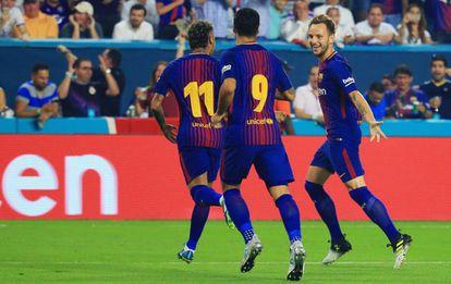 Los jugadores del Barcelona celebran el gol al Real Madrid