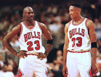 Jordan y Pippen, demostrando que la forma de sonreír lo dice todo de una persona.