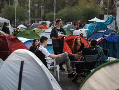 Estudiantes acampados en plaza de Universitat.