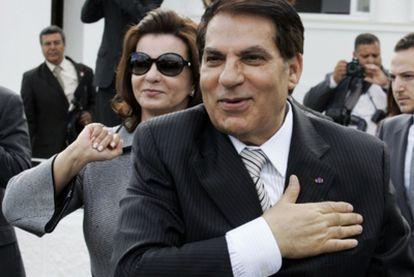 El ex presidente saluda al pueblo tunecino y se lleva la mano al pecho en señal de afecto. (Foto de archivo, 2009).
