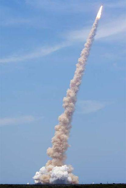 Uno de los momentos del lanzamiento del 'Atlantis' desde el centro espacial Kennedy de Florida
