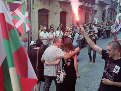 El preso de ETA Xabier Ugarte, a su llegada a Oñate.