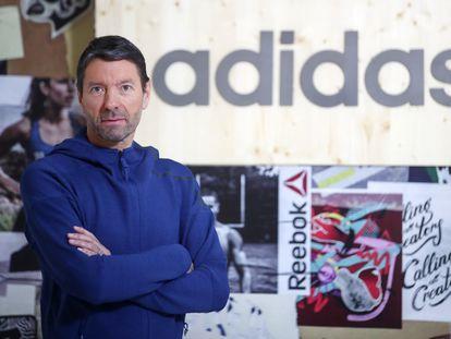 El consejero delegado de Adidas, Kasper Rorsted, ante carteles de la marca alemana y de Reebok en Herzogenaurach (Alemania) en marzo.