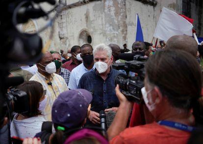 Díaz-Canel habla con los medios en San Antonio de los Baños, este domingo.