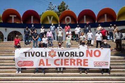 Trabajadores de Tívoli se manifiestan a la entrada del parque este viernes.