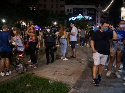 La policía despeja zonas de acumulación de personas sin mascarillas ni distancia de seguridad en El Barrio de Ruzafa, Valencia.