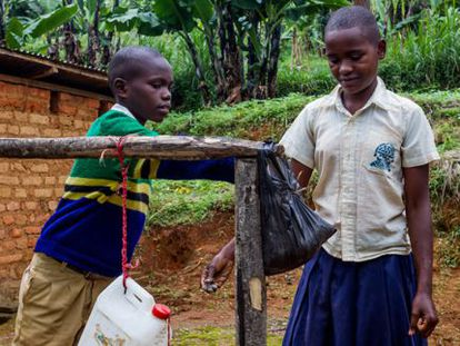 Dos alumnos se lavan las manos en su escuela de Mvaa, Tanzania.