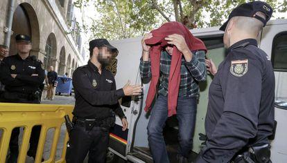 Policías locales detenidos en la operación contra una trama de extorsión a empresarios de Palma, en abril de 2015
