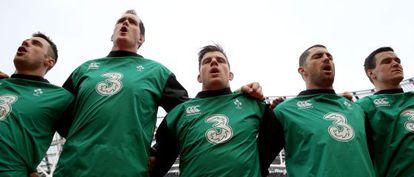 En el centro, Murphy escucha con sus compañeros el himno irlandés, en el último Seis Naciones.