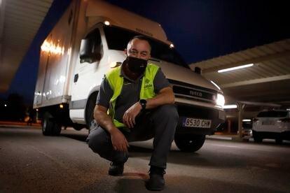 Joan Francesc Quintana con su camioneta, que no podrá circular por Barcelona a partir del 1 de abril.