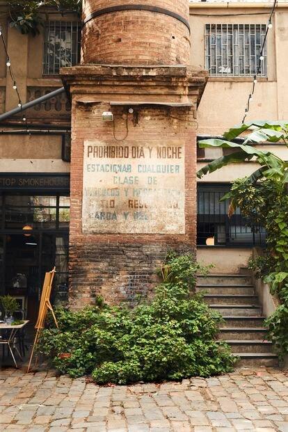 La base de la chimenea que preside la Fábrica Lehmann, en Barcelona.