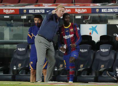 Koeman habla con Dembélé, en un partido del Barcelona en la pretemporada.