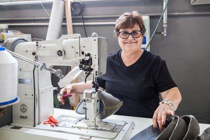 Los procesos de fabricación del calzado son artesanales e involucran a profesionales con más de 40 años de experiencia.