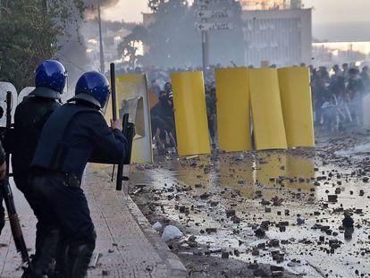 Manifestantes y policías se enfrentan durante las protestas.