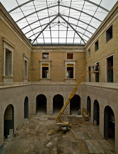 Nueva cubierta de cristal de dos de los patios del interior del museo arqueológico, de estilo romano y árabe.