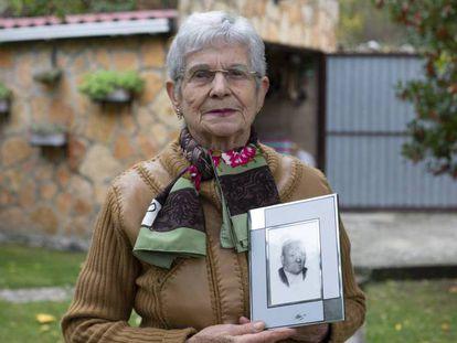 María Eugenia Ruiz posa en Tubilla del Agua (Burgos) con el retrato de su padre, Claudio, que inspiró el personaje del señor Cayo de Delibes. En el vídeo, la historia electoral de los 'señores Cayo' actuales.