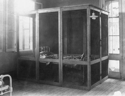Paciente con fiebre amarilla en aislamiento en el año 1910.