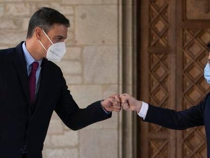 Pedro Sánchez (a la izquierda) y el presidente del Govern, Pere Aragonès, se saludan en el Palau de la Generalitat, este miércoles.