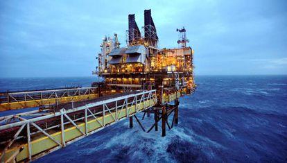 Vista de una plataforma petrolera de BP frente a las costas escocesas.