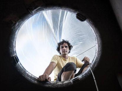 Didac Costa se asoma desde la cubierta al interior del Kingfisher.