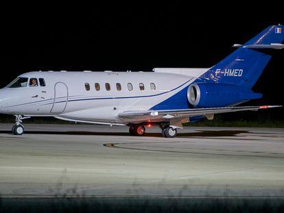 El avión medicalizado que traslada a Argel al líder del Frente Polisario, Brahim Gali, despega del aeropuerto español de Pamplona rumbo a la capital argelina.