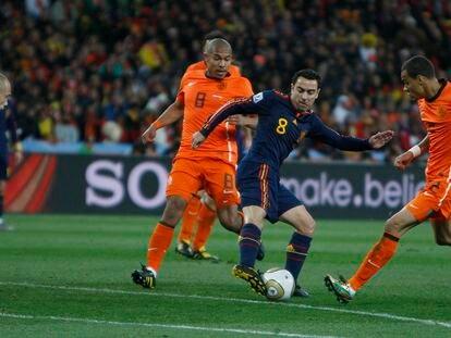 Xavi rodeado de jugadores de Holanda durante la final del Mundial.