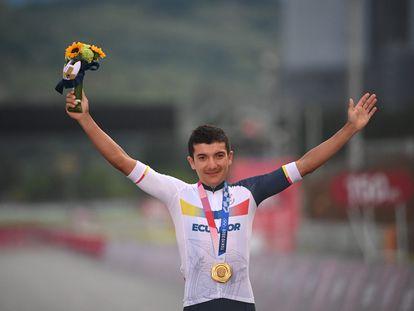 Richard Carapaz gana la carrera de ciclismo en ruta y logra el oro olímpico en Tokio 2020.