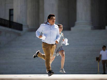 Asistentes corren en el exterior del Supremo tras las decisiones del jueves.