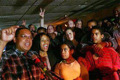 El vencedor de las primarias demócratas en Minnesota, Keith Ellison, celebra su victoria con su familia y seguidores.