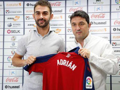 Adrián López, presentado junto al director deportivo, Braulio.